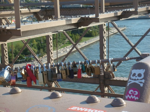 accrocher-cadenas-pont-brooklyn